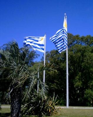 20080730193840-banderas-canelones-rotonda.jpg