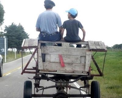 20081021165257-carro-con-hombre-y-nino.jpg