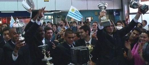 LAS PIEDRAS. Llegó el campeon Juventud y Carambula, presidente de honor, los llamo desde Francia