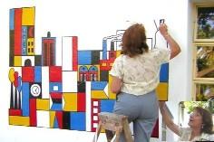 CERRILLOS. Maria Monti está pintando murales en Los Cerrillos.