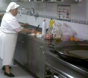 Una sola cocinera atiende la comida de 110 niños en la escuela 113, piden un ayudante