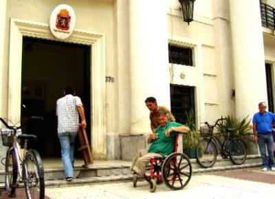 El edificio de la  Intendencia Municipal de Canelones no tiene acceso para discapacitados en silla de ruedas