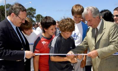 Niños ayudan al Presidente Vázquez en inauguración de puente en Carrasco.