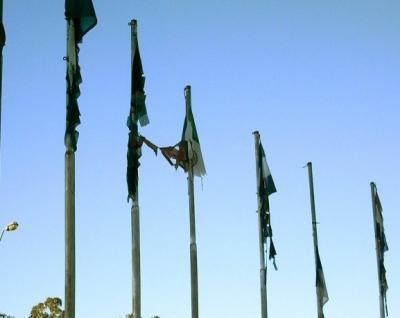 """Denuncian """"lamentable estado"""" de banderas en la plaza del Obelisco."""