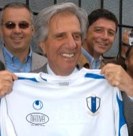El Presidente Vázquez se probó una camiseta en la Expo Agroalimentaria
