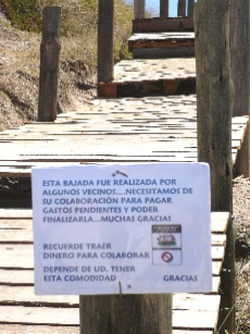 Un cartel  sugiere pagar peaje al bajar a la playa