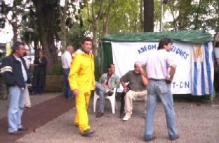 Adeom Canelones acampó en la plaza protestando por 61 zafrales cesanteados