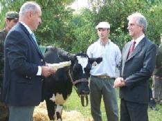 El Presidente y su vaca Blanca