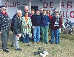 Diputado Peña donó bochas a club de abuelos