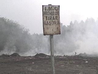 Se incendió el predio donde está prohibido tirar basura pero los camiones municipales vuelcan de todo