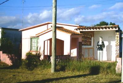 Uruguayos gardelianos ofrecen colaboración para reparar y conservar el primer monumeto a Gardel